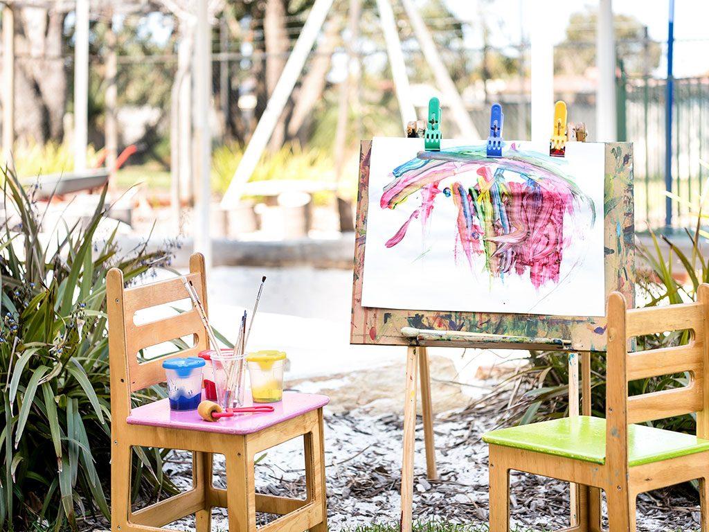 paint outside in the nature learning envirnoment of meerilinga ballajura's early learning program